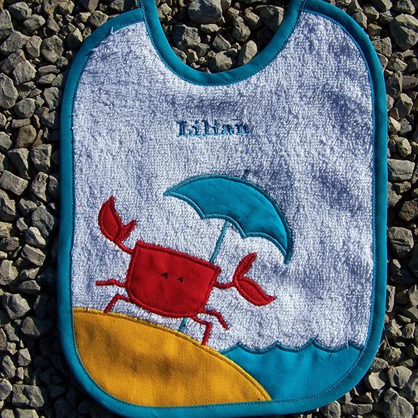 bavoir crabe à la plage